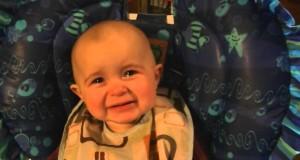 Bimbo di pochi mesi si commuove ascoltando la mamma cantare