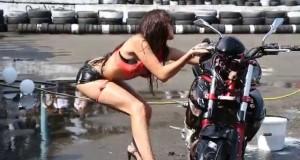 Come si lava una moto in modo SEXY