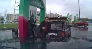 Ma come pompa questo benzinaio?!