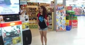 Ragazza sorprende tutti con il karaoke al supermercato